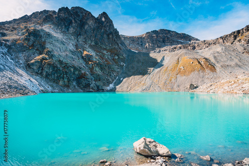 Foto op Canvas Turkoois Beautiful mountain lake with turquoise water. High rocky peaks