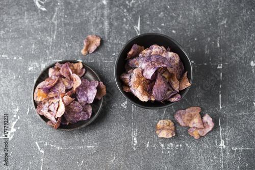 Chips aus violetten Kartoffeln Poster
