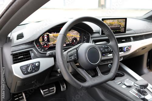 nowoczesny kokpit samochodowy z wyświetlaczem nawigacyjnym