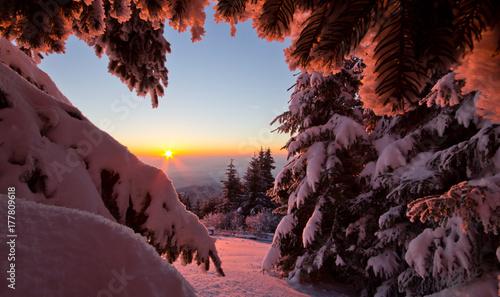 Plexiglas Zonsopgang Sonnenaufgang am Berg