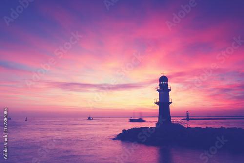 Fotobehang Snoeien Leuchtturm an der Küste von Warnemünde, Hafeneinfahrt