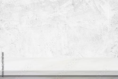 Pusty biały marmurowy stół nad zielonym cementu ściennym tłem, sztandar, produktu pokazu montaż