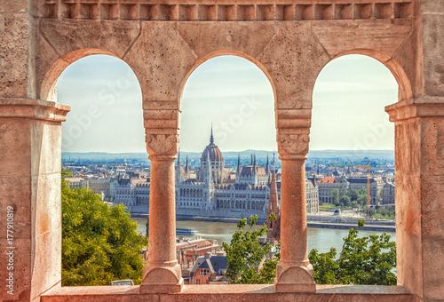Papiers peints Budapest Hungary. Budapest. Parliament view through Fishermans Bastion.