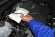Mecánico revisando aceite del coche