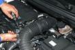 Mecánico reparando motor