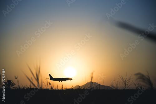 Aterrizaje avión atardecer Poster