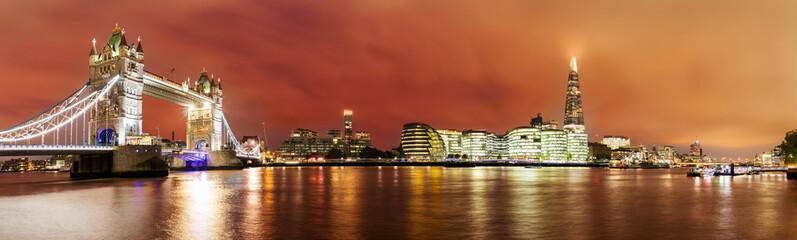 Die Skyline von London von der Tower Bridge bis zur London Bridge
