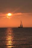 malerischer Sonnenuntergang mit dramatischer Lichtstimmung und Segelboot, Seebestattung, Traueranzeige - 177946090