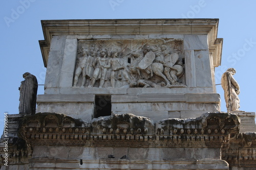 In de dag Milan Details of the Triumphal Arch of Constantine, dedicated in AD 315 to celebrate Constantine'