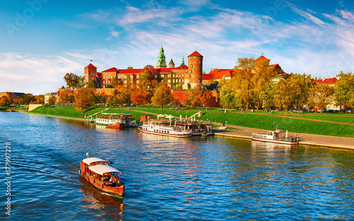 In de dag Krakau Wawel castle famous landmark in Krakow Poland. Picturesque