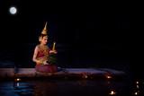 Piękna azjatykcia dziewczyna w tradycyjnym Tajlandzkim smokingowym spławowym krathong w Loy krathong festiwalu