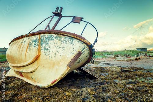 Aluminium Schipbreuk An old rusty boat stands on a sandy beach