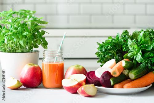 jugo-o-batido-fresco-frutas-y-verduras-manzanas-zanahorias-remolacha-apio-pepino-verduras-hierbas-vegetariano-concepto-de-alimentos-crudos-alimentacion-limpia-desintoxicacion