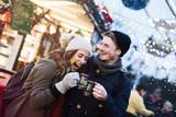 Pärchen mit Glühwein auf dem Weihnachtsmarkt - 178145631