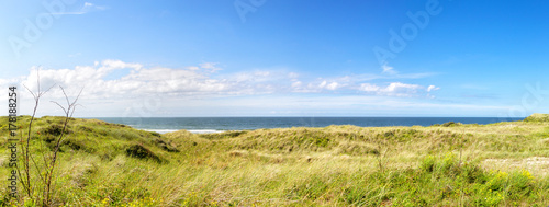 Fotobehang Noordzee Panoramablick aus den Dünen auf die Nordsee auf der ostfriesischen Nordseeinsel Juist in Deutschland, Europa.
