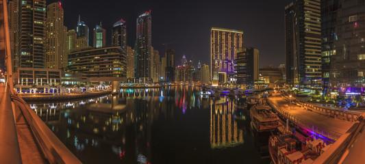 Panoramaaufnahme in Dubai von der Skyline im Stadtteil Marina in der Nacht mit Wasserspiegelung im November 2013