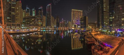 Papiers peints Dubai Panoramaaufnahme in Dubai von der Skyline im Stadtteil Marina in der Nacht mit Wasserspiegelung im November 2013