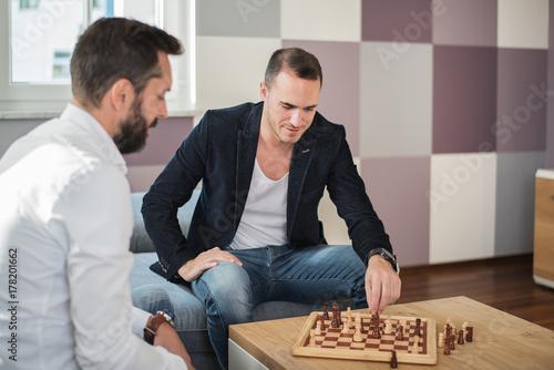 Plakat Männer beim Schach spielen