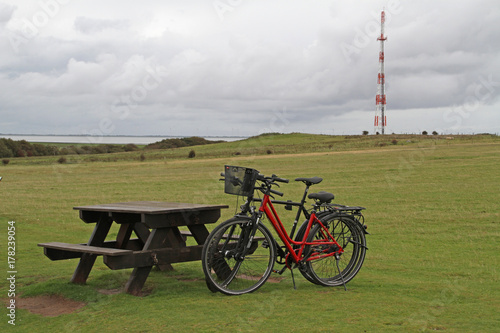 Fotobehang Noordzee geparkte Fahrräder in Morsum