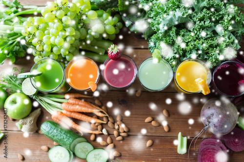 Foto op Plexiglas Sap glasses with different fruit or vegetable juices