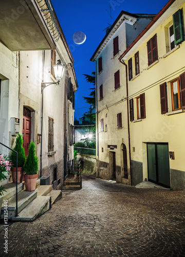Poster Smal steegje Street in the old town in Italy at night