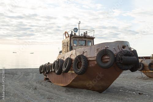 Fotobehang Schip Old rusty boat on seacoast