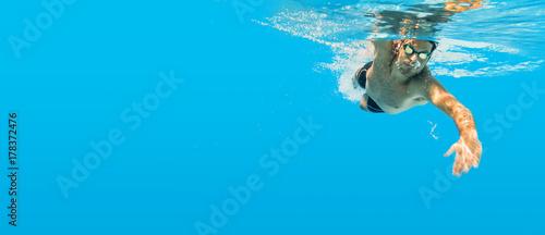 Pływanie pod wodą człowiek niebieski indeksowania treningu