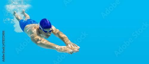 Nurkowanie pływanie człowiek skok niebieski wody