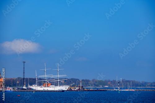 Keuken foto achterwand Schip Segelschiff im Hafen von Stgralsund