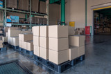 物流倉庫の出荷バースに積まれた貨物 - 178450011
