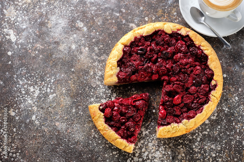 Aluminium Kersen Pie with a cherry on the table with a cup of coffee