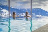 Frauen im Urlaub geniessen Bergpanorama vom Pool aus