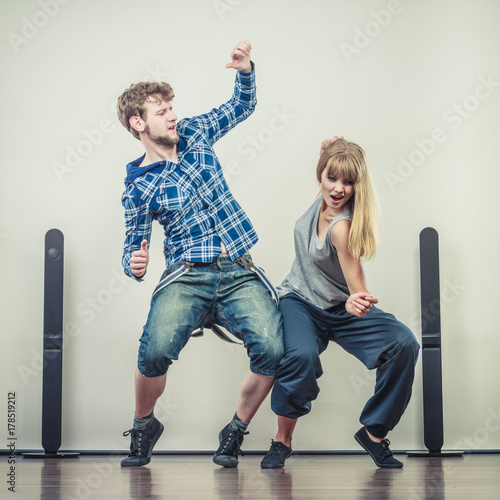 Plakat couple of young man and woman dancing hip-hop