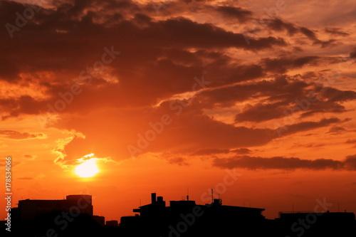 In de dag Oranje eclat 台風後の夕景と街並み