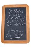 Ardoise sur laquelle est écrit le verbe voter au présent  - 178538661