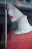 mannequin en vitrine avec pull et bonnet en laine - 178540222