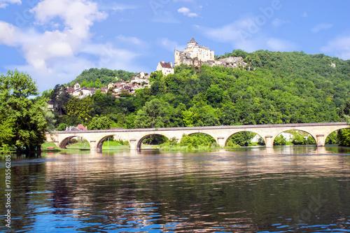 Foto op Canvas Pistache La Roque Gageac. Le pont et le château de Castelnaud vu depuis la Dordogne. Dordogne. Nouvelle Aquitaine