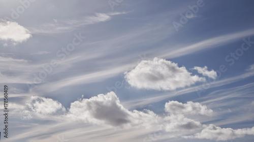 Papiers peints Taupe Wolkenhimmel mit Verwehungen