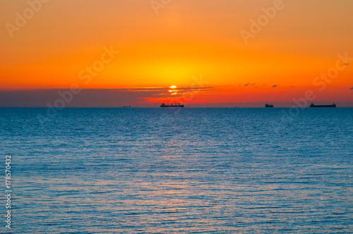 Fotobehang Zee zonsondergang Calm, beautiful sea sunset landscape