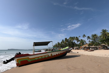 Boote am Strand von Trincomalee in Sri Lanka,