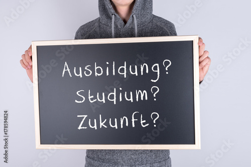 Jugendlicher mit Schild Ausbildung Studium Zukunft Poster