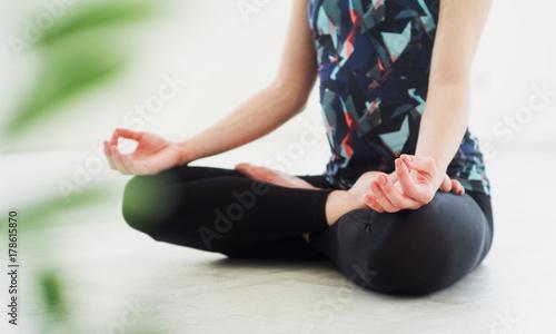 Papiers peints Ecole de Yoga The girl do yoga