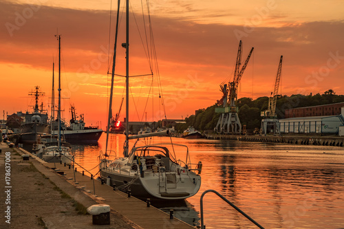 Papiers peints Orange eclat Port in sunset