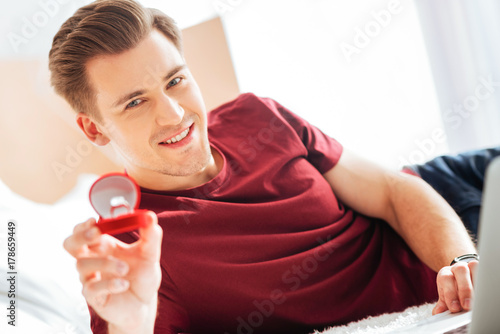Póster Extremely happy guy showing proposal ring into camera
