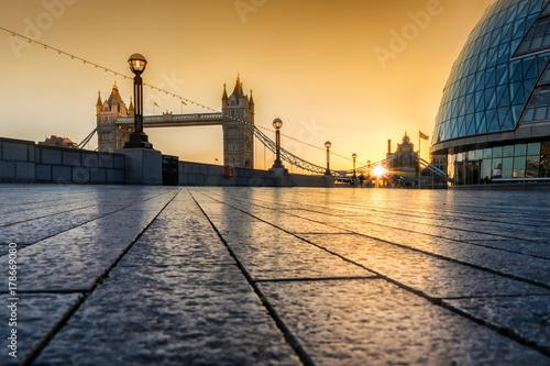 Foto op Plexiglas Ochtendgloren Das Südufer vor der Tower Bridge in London, Großbritannien, bei Sonnenaufgang