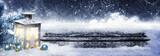 Laterne und Kugeln am Weihnachtsbaum im Schnee - 178709060