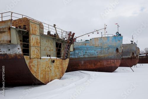 Keuken foto achterwand Schip large rusty barges in winter backwater