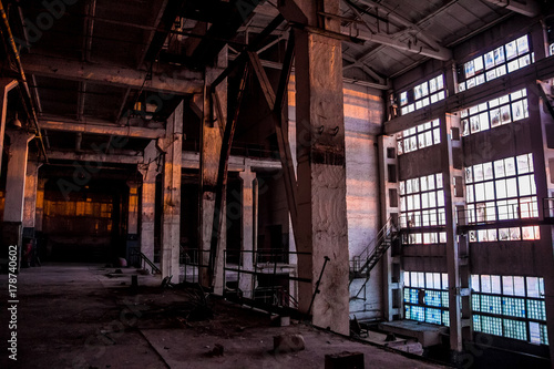 Poster Oude verlaten gebouwen Dark industrial interior of large empty hall for manufacturing or warehousing. Abandoned factory