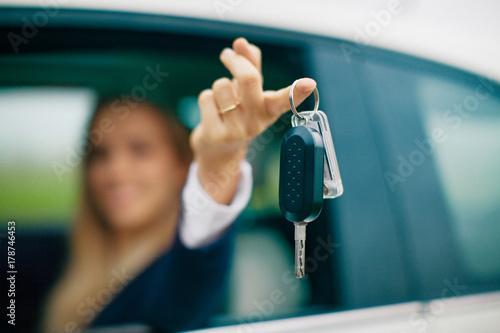 Neo patentata con chiavi in mano in automobile