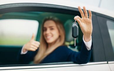 Donna con chiavi auto in mano, patente, guida sicura